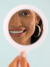 لماذا تتحرّك الأسنان مع التقدم بالعمر؟